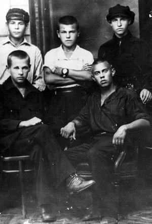 Первый директор Дома пионеров Борис Бадов (сидит справа)